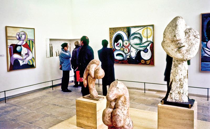 Музей Пикассо был закрыт на реконструкцию несколько лет, так что сейчас принимает соскучившихся по прекрасному посетителей.